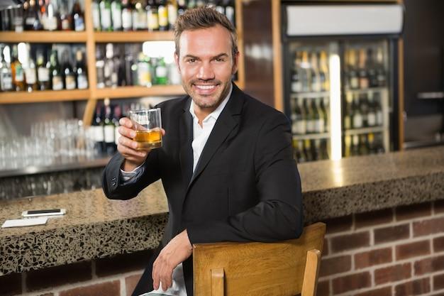ウイスキーを持っているハンサムな男