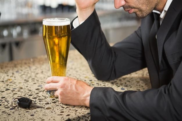 Красивый мужчина с пивом