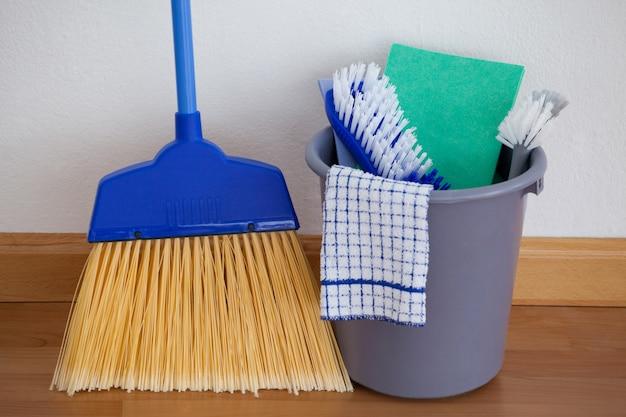Оборудование для уборки на деревянном полу у стены