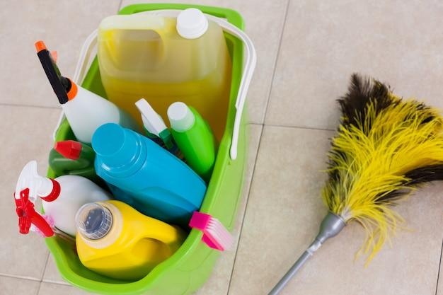 クリーニング用品とタイル張りの床のモップ付きバケツ