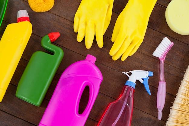 木製の床に配置されたさまざまな洗浄装置