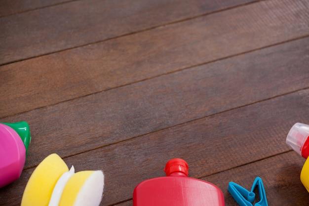 木製の床にさまざまな洗浄装置