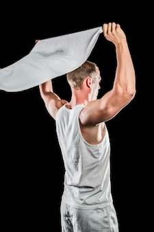Спортсмен позирует с флагом