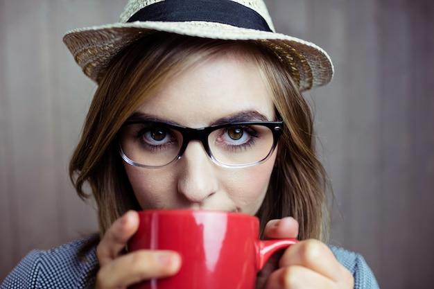 Довольно блондинка с кофе