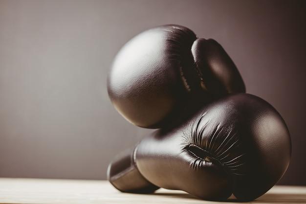 黒いボクシンググローブのクローズアップ