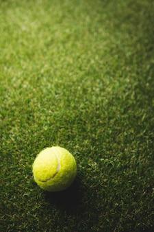 テニスボールのクローズアップ