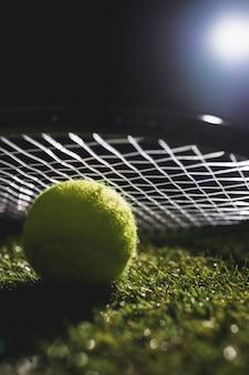 ラケットでテニスボールのクローズアップ