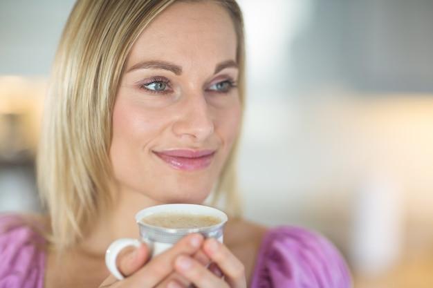 コーヒーを飲んでかなりブロンドの女性