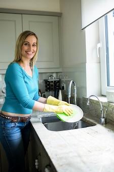 家事をしているかなりブロンドの女性