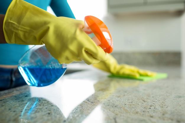 Красивая женщина делает ее домашние дела