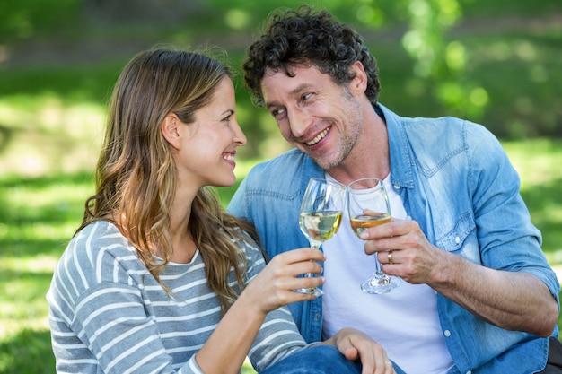 Пара пьет белое вино