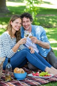 ワインとのピクニックを持っているカップル