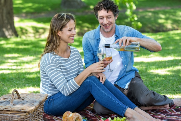 Пара на пикнике с вином