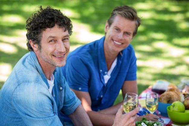 Друзья на пикнике с вином