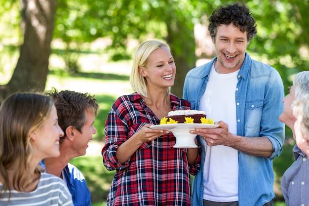 ケーキとピクニックを持つ友人