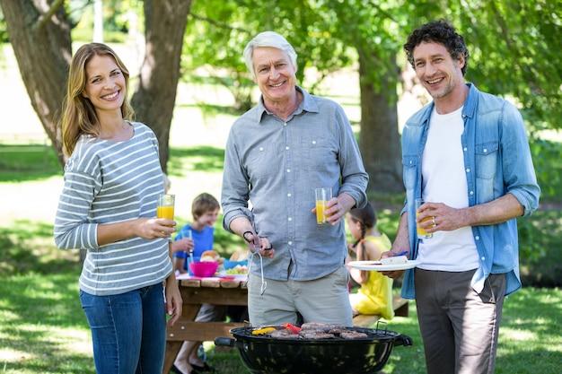 バーベキューでピクニックを持っている家族