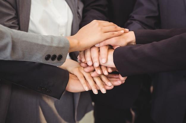 Крупный план деловых людей, укладывая руки