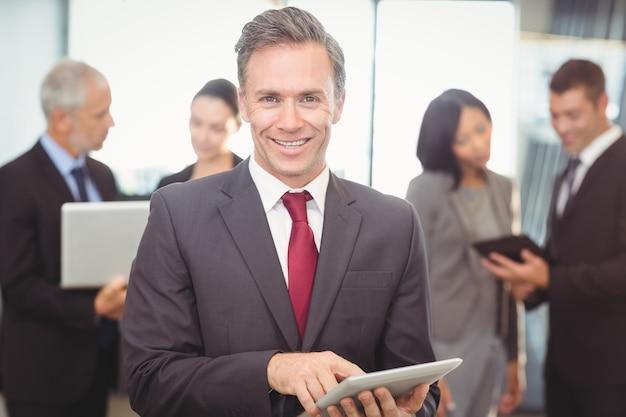 デジタルタブレットを使用してビジネスの男性