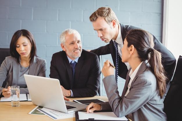 会議室で対話するビジネス人々