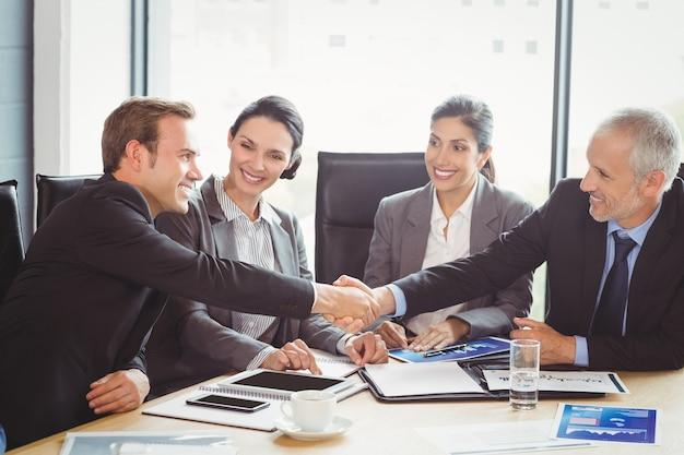 会議室のビジネス人々