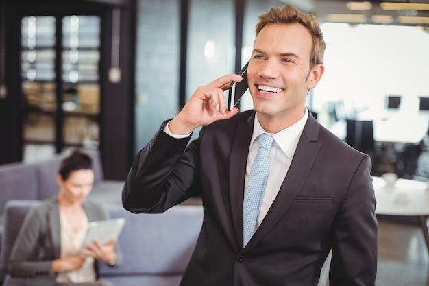 携帯電話で話しているビジネスマン