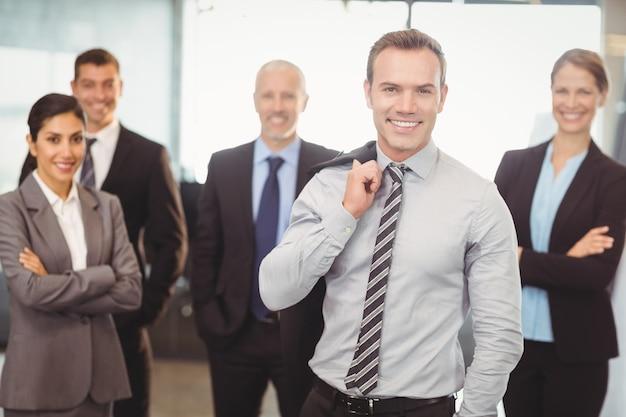 Портрет деловых людей, улыбаясь