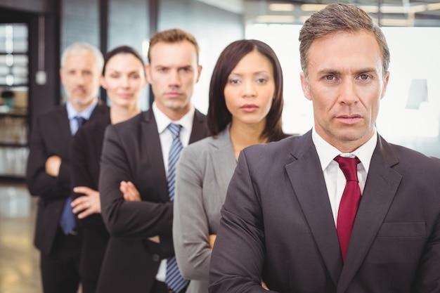 腕を組んで立っているビジネス人々
