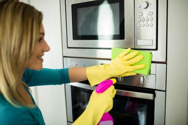 彼女の家事をしているきれいな女性