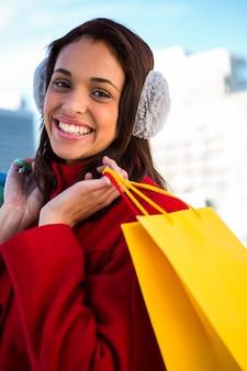 外の買い物袋を保持しているきれいな女性