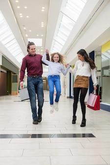 買い物袋と歩いて幸せな家族