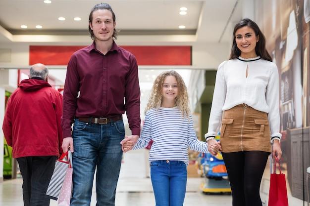 買い物袋と幸せな家族の肖像画