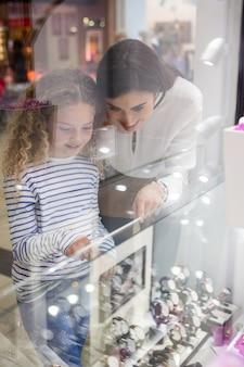 母と娘の店のディスプレイから腕時計を選択