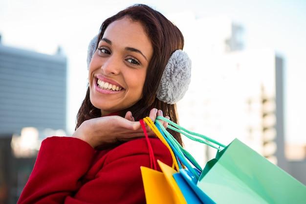 外の買い物袋を保持している女性