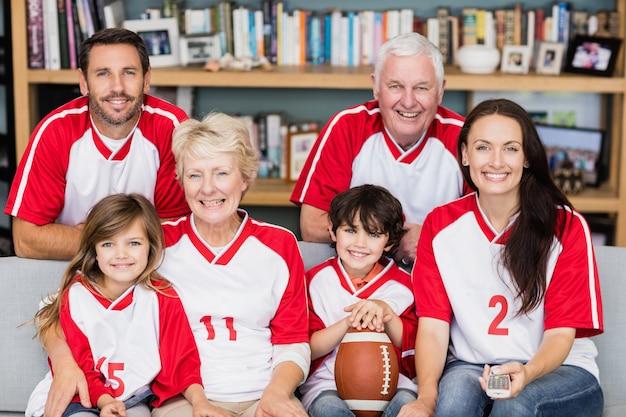 アメリカンフットボールの試合を見ている祖父母と家族の笑顔の肖像画