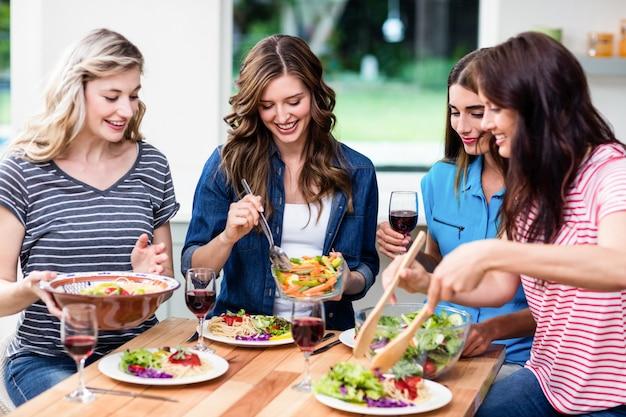 食べ物を食べて友達に笑顔