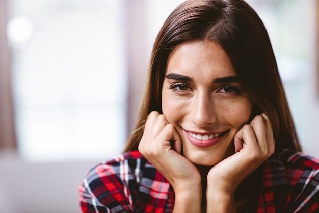 笑顔の若い女性のクローズアップの肖像画