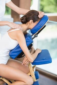 背中のマッサージを受ける女性の側面図