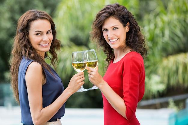 白ワインを乾杯笑顔の友人の肖像画