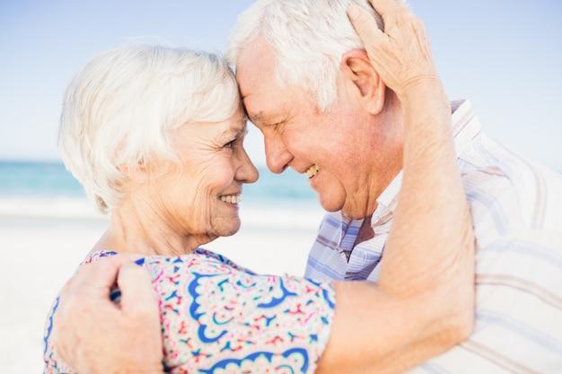 お互いを見て素敵な年配のカップル