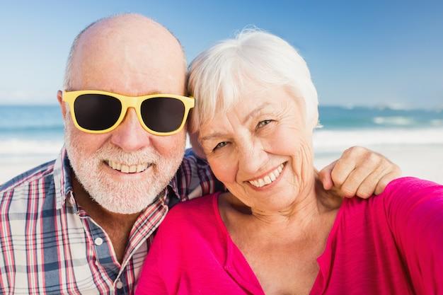 年配のカップルを笑顔の肖像画