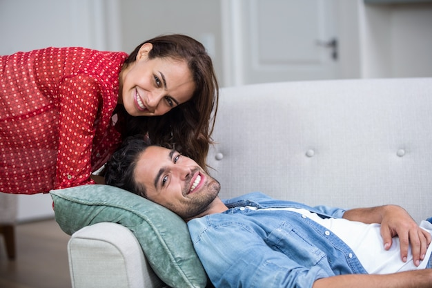 ソファでリラックスした幸せなロマンチックなカップル