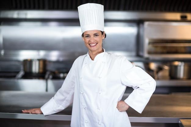 キッチンで幸せな女性シェフの肖像画