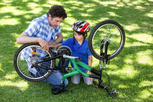 父と息子が自転車を修理