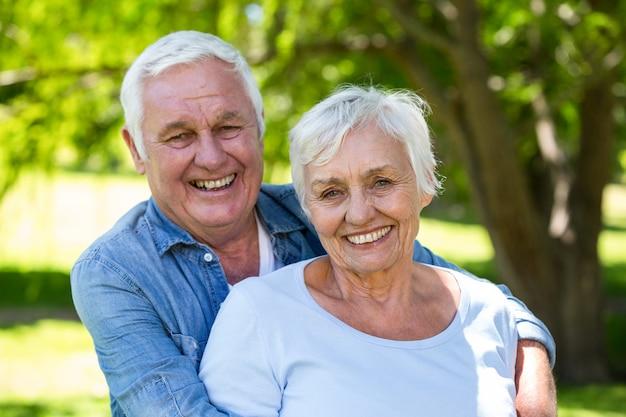 年配のカップルが一緒に笑って