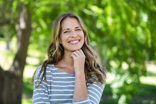 笑顔の女性の肖像画