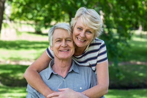 年配のカップルを受け入れる