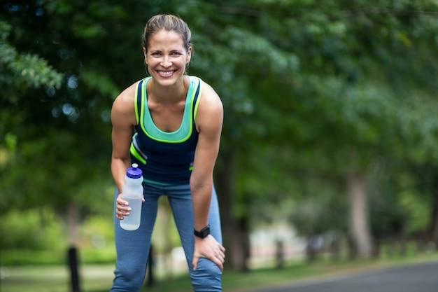 飲料水を実行しているマラソン女性アスリート