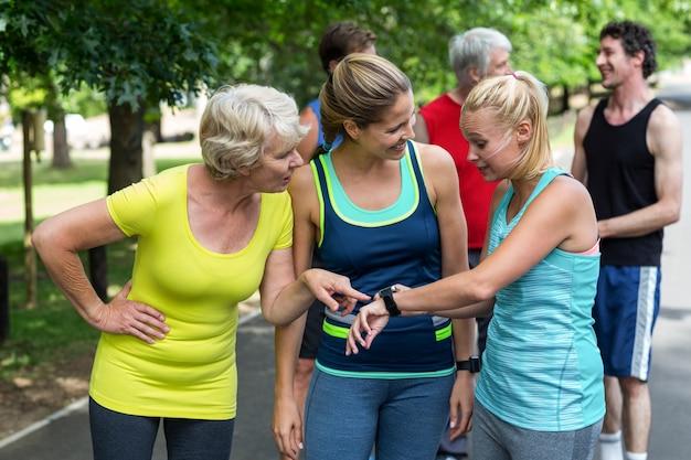 心拍数の時計を設定するマラソン女性アスリート