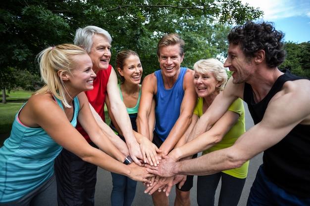 モチベーションジェスチャーを作るマラソン選手