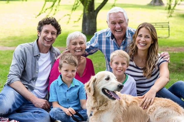公園で犬と家族